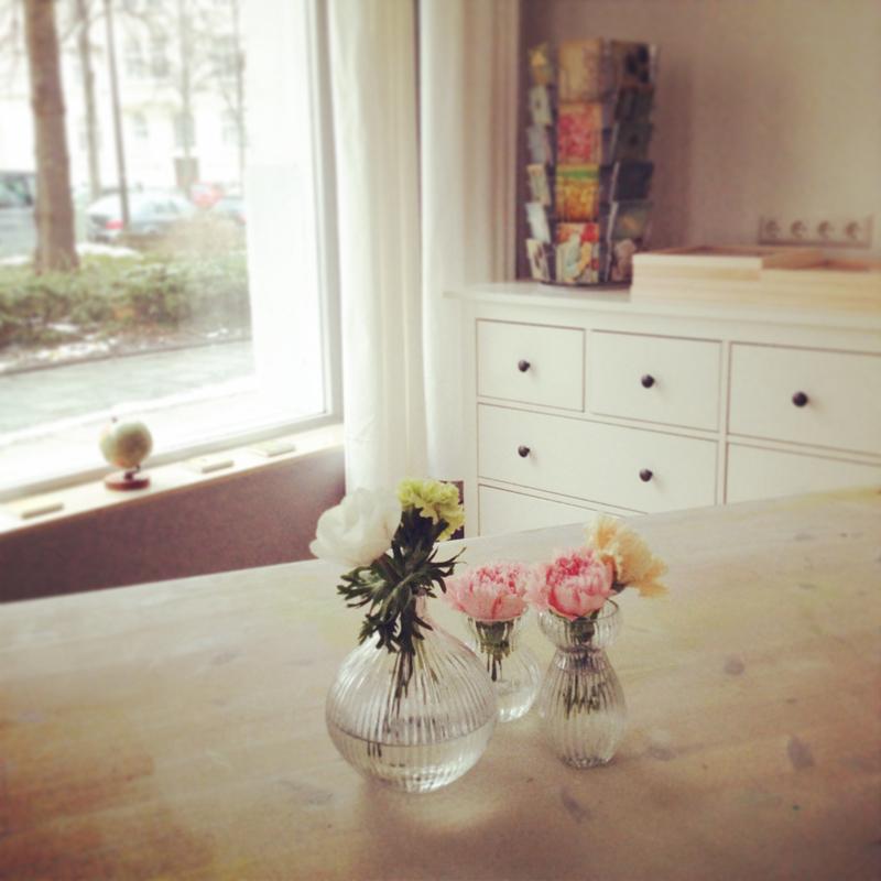 Ateliertisch mit Blumen